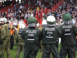 Sicherheitskräfte beim Spiel Union Berlin gegen Hansa Rostock