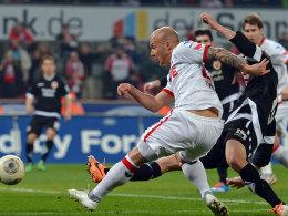 Kölns Exslager zieht ab und trifft Möhrle (nicht im Bild), der zum 2:1 für den FC abfälscht.