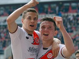 Den Aufstieg weiter im Blick: St. Paulis Torschütze Maier (li.) und Gregoritsch jubeln über das 2:0 in Düsseldorf.