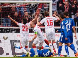 Kölns Miso Brecko (2.v.li.) bejubelt sein 1:0