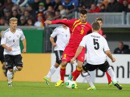 Kennt sich aus mit deutschen Gegenspielern: Stefan Mugosa im U-21-Länderspiel Montenegros gegen die DFB-Auswahl.