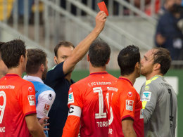 Harte Entscheidung: Schiedsrichter Dankert stellte Torhüter Sippel mit Rot vom Feld.