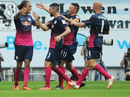 Erster Leipziger Treffer nach dem Aufstieg: Poulsen (li.) wird von den Kollegen beglückwünscht.