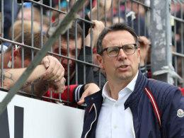 FCN-Sportvorstand Martin Bader spricht in Karlsruhe mit Club-Fans