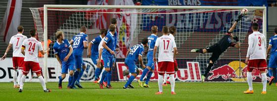 Maß genommen: RB-Kapitän Dominik Kaiser trifft per Freistoß zum 1:1-Endstand gegen Heidenheim.