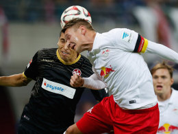 Leipzigs Kapitän Daniel Frahn (re.) im Luftkampf mit Kaiserslauterns Karim Matmour.