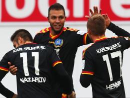 Auswärtssieg: Der KSC feiert Innenverteidiger Gordon (Mi.), der das 2:0 in Fürth erzielte.