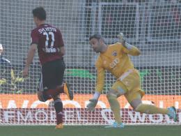 Erste Saisonniederlage für Ingolstadt: Hier wird Keeper Ramazan Özcan von Club-Stürmer Jakub Sylvestr umspielt.