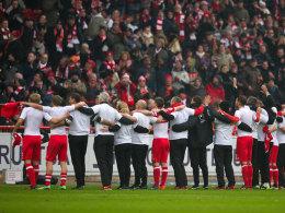 Emotionaler Moment: Die Partie zwischen Union und Bochum wurde in der 7. Minute für Berlins Benjamin Köhler unterbrochen.