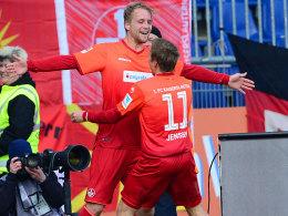 FCK-Offensivmann Hofmann jubelt über sein Tor in Braunschweig.