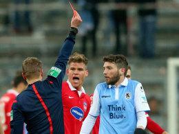 Auch ein Knackpunkt: Gelb-Rot für den Löwen Sanchez.