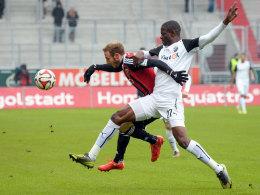 Ingolstadts Moritz Hartmann (l.) gegen Sandhausens Seyi Olajengbesi