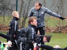 Ließ seine Mannschaft intensiv trainieren: St. Paulis Coach Ewald Lienen (Mi.).