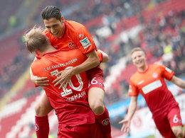 Springbock: Karim Matmour jubelt gemeinsam mit Philipp Hofmann über dessen soeben erzieltes 2:0.