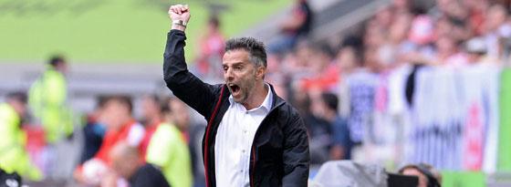 Frankfurts Coach Tomas Oral feierte einen lebenswichtigen Sieg - Mission erfüllt.