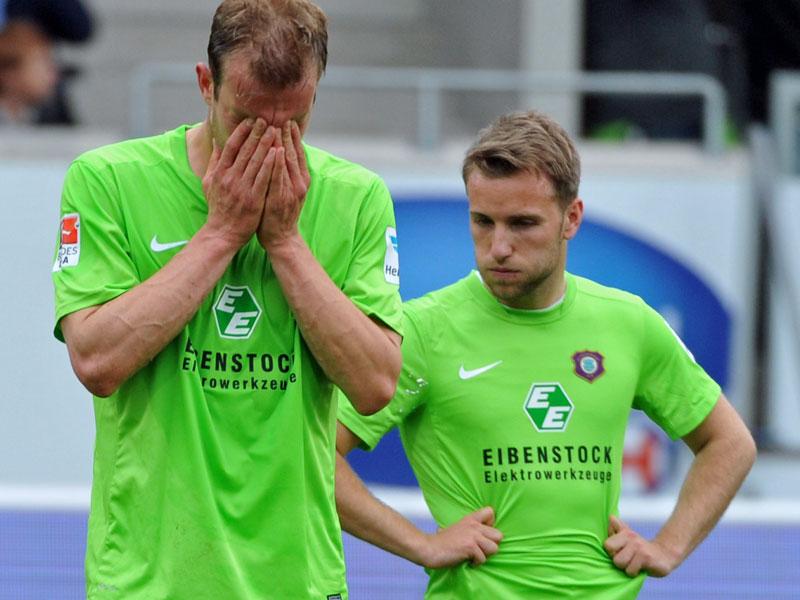 Die Auer Paulus (li.) und Könnecke tief enttäuscht nach dem Abstieg in die 3. Liga.