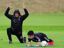 Trainer Ewald Lienen (li.) mit Ryo Miyaichi