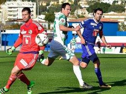 Luzerns Torwart David Zibung scheint überwunden, doch auch Sebastian Freis (Mi.) brachte den Ball nicht im gegnerischen Tor unter.