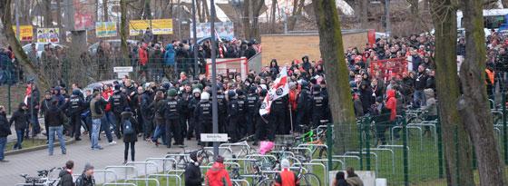 Der Zug der Union-Fans trifft am Stadion ein