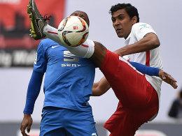 Braunschweigs Domi Kumbela gegen Leipzigs Marvin Compper (re.)