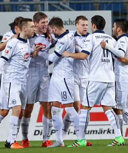 Gl�cklich auf der Alm: Bielefelder Spieler bejubeln das 1:0 von Klos (3.v.li.).