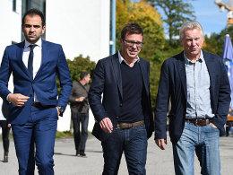 Die 1860-Geschäftsführer Noor Basha (l.) und Markus Rejek (M.), hier zusammen mit Coach Benno Möhlmann (r.), bleiben vorerst im Amt.
