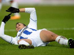 Karlsruhes Manuel Torres signalisiert seine Auswechslung.