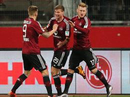 In Party-Laune: Die Nürnberger Burgstaller, Erras und Kerk (v.li.) bejubeln das 1:0.
