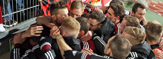 Nürnberger Jubeltraube: Die Club-Spieler feiern das 2:1 von Zoltan Stieber.