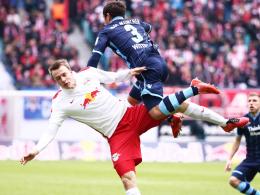 Abgehoben: Münchens Wittek fliegt über Leipzigs Quaschner hinweg. Den Höhenflug hat aber RB.