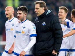 Siegt er mit Paderborn auch gegen Duisburg? Trainer René Müller (re.).
