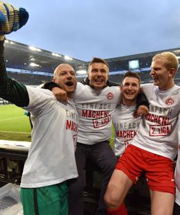 Die W�rzburger Kickers feiern den Durchmarsch