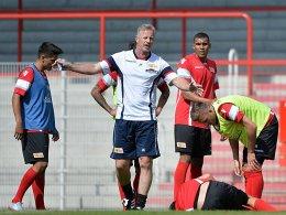Erste Sorge für den neuen Trainer Jens Keller: Benjamin Kessel liegt verletzt am Boden.