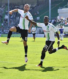 Serdar Dursun nach dem 2:0 f�r F�rth, rechts Khaled Narey