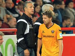Erster Saisonsieg: Dresdens Trainer Uwe Neuhaus (li.) und sein Matchwinner Andreas Lambertz.