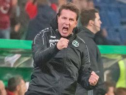 """Hannovers Trainer Daniel Stendel freut sich - seiner eigenen Aussage zufolge """"nach innen""""."""