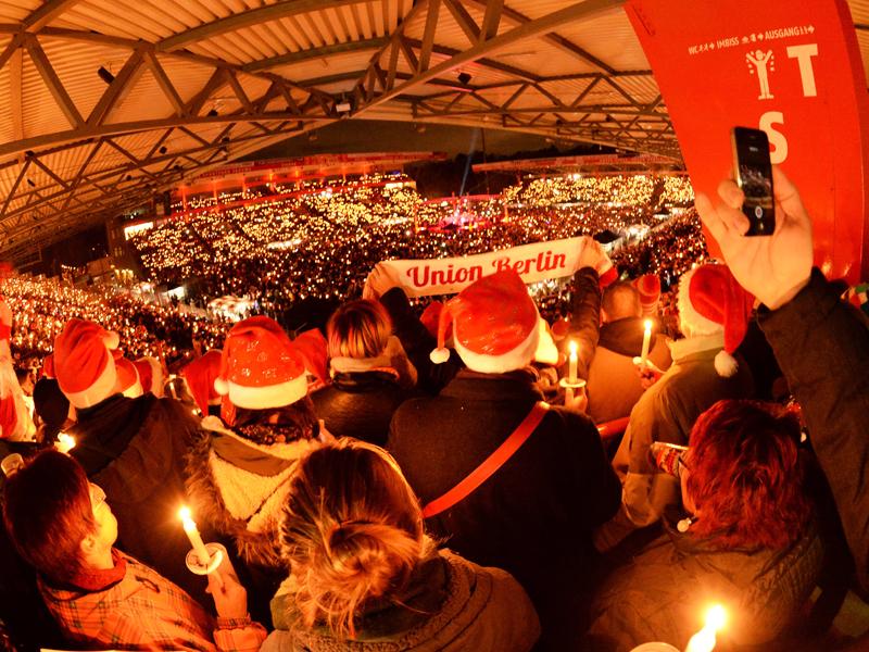Besucher beim Weihnachtssingen des 1. FC Union