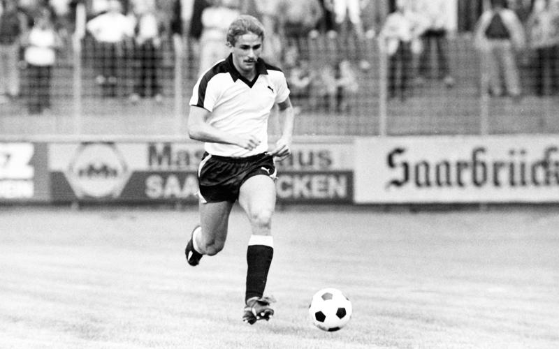 1980 debütiert Stefan Kuntz beim Zweitligisten Borussia Neunkirchen im Profi-Fußball.
