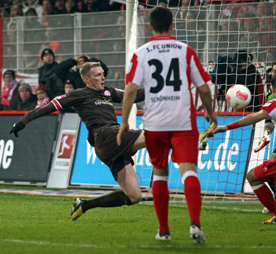 Marius Ebbers (l., FC St. Pauli) erzielt das 1:1, in der Mitte steht Fabian Schönheim (1. FC Union Berlin)