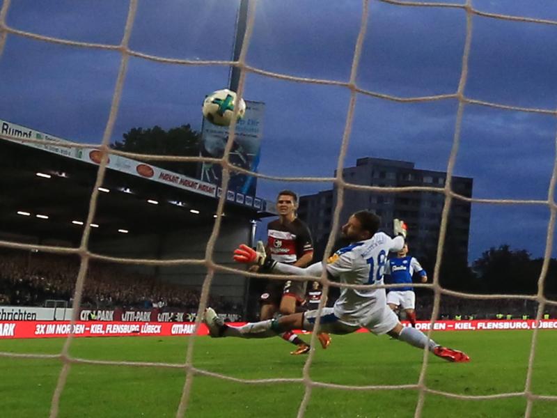 Vermummte Kiel-Fans greifen St.-Pauli-Block mit Pyrofackel an
