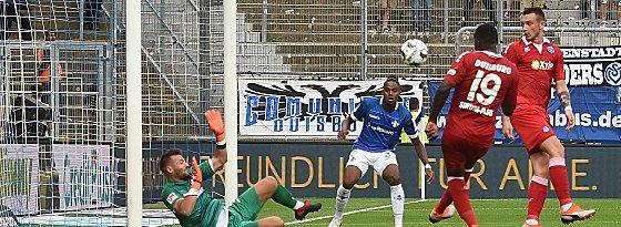 Drüber: Duisburgs Richard Sukuta-Pasu (#19) vergibt eine Riesenchance in der 39. Minute.
