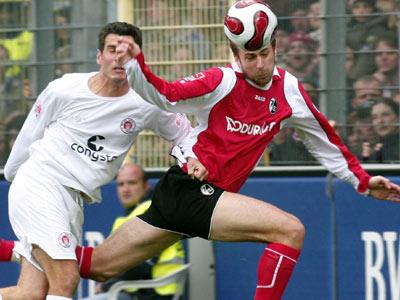 Freiburgs Butscher bleibt im Kopfballduell gegen Meggle (St. Pauli) Sieger