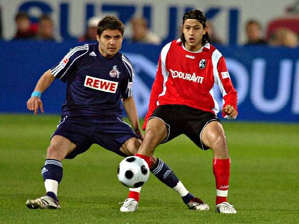 Akrout (Freiburg) behauptet den Ball gegen Kölns Mohamad