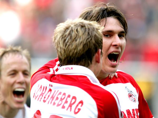 Befreiung: Kölns Helmes wird von Schöneberg für seinen Treffer zum 1:0 gefeiert.
