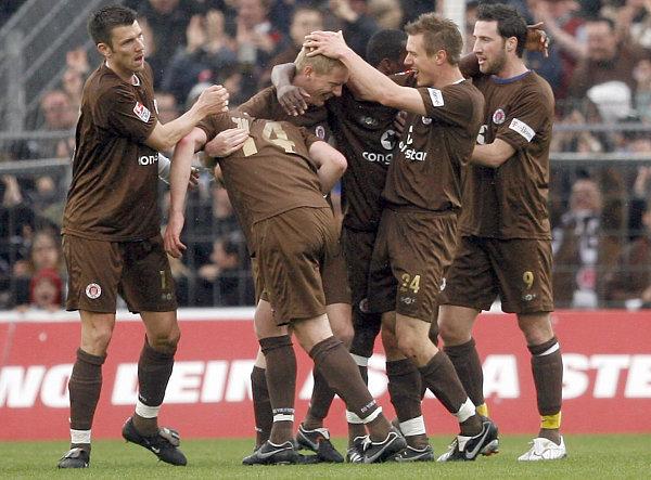 Hamburger Jubeltraube: Mit dem Sieg gegen Aue machte St. Pauli den Klassenerhalt perfekt.