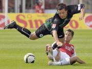 Der spätere FC-Torschütze Rama stoppt hier Greuther Fürths Schröck unsanft.