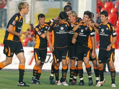 Florian Dick (2. von rechts) lässt sich nach seinem Tor feiern