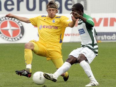 Fußball, 2. Bundesliga. Charles Takyi von der SpVgg Greuther Fürth, gegen Adam Bodzek vom MSV Duisburg.