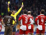 Fußball, 2. Bundesliga: Schiedsrichter Thomas Metzen zeigt Florian Bruns (FC St. Pauli) und Miroslav Karhan (1. FSV Mainz 05) die Gelbe Karte