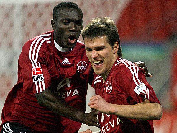 Nürnbergs Eigler (re.) wird von seinem Mitspieler Boakye beglückwünscht.